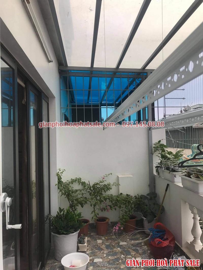 Hình ảnh lắp giàn phơi Hòa Phát tại ban công trần mái kính nhà anh Du - 01