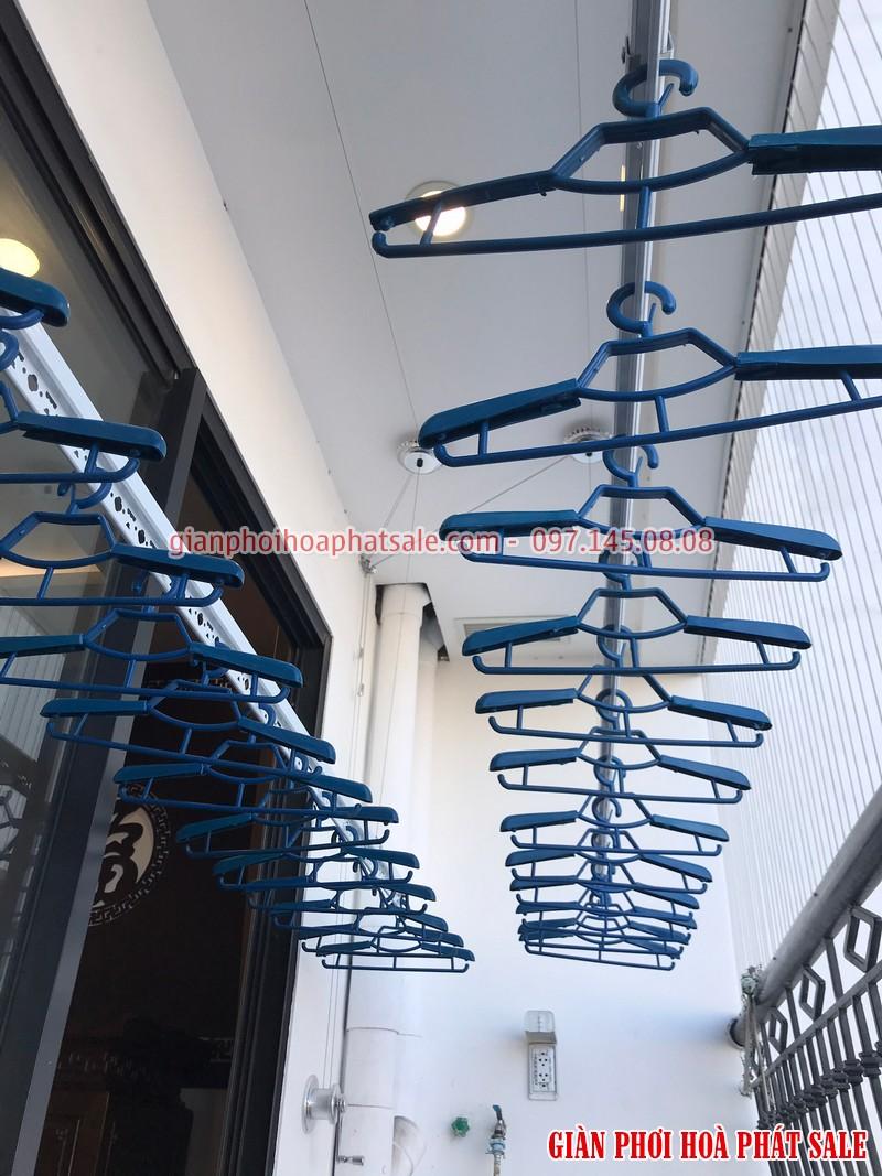 Giàn phơi gắn trần thiết kế gọn gàng, dễ dàng lắp đặt phù hợp với mọi không gian